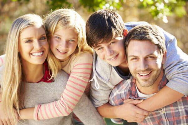 Lycklig familj som är i behov av att låna pengar